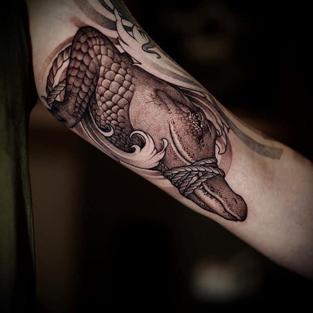 тату крокодил на руке