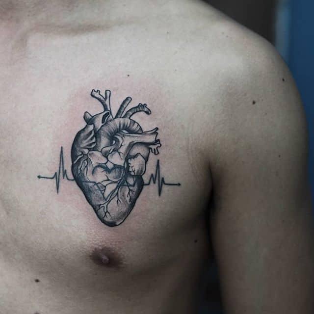 тату сердце на груди