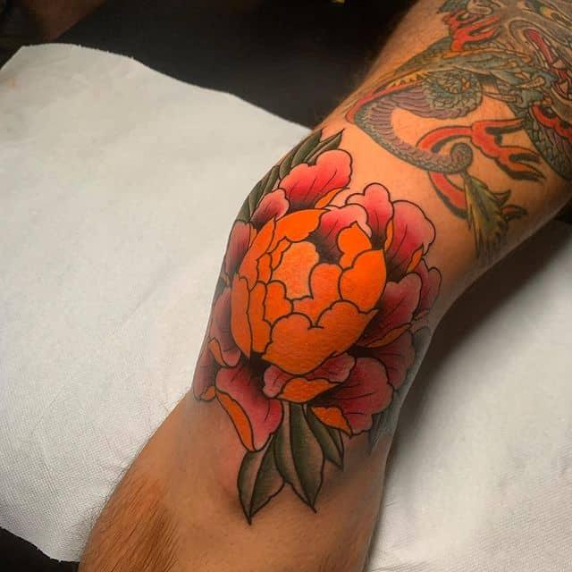 тату на коленях цветок