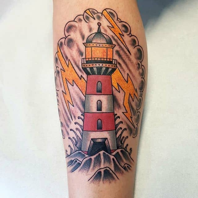 татуировка молния и маяк
