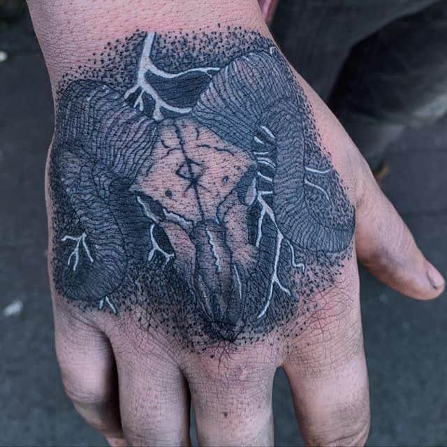 татуировка молния на руке
