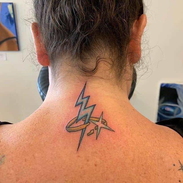 татуировка молния на шее