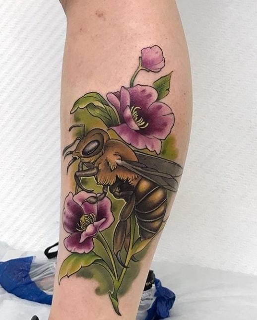 тату пчела с цветами