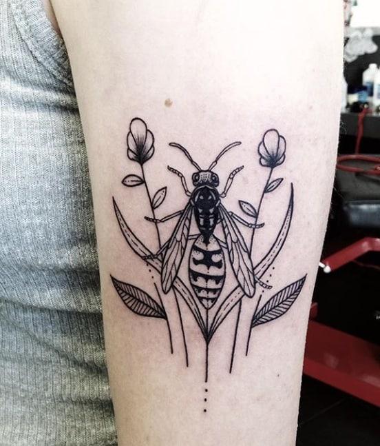 Тату пчела минимализм