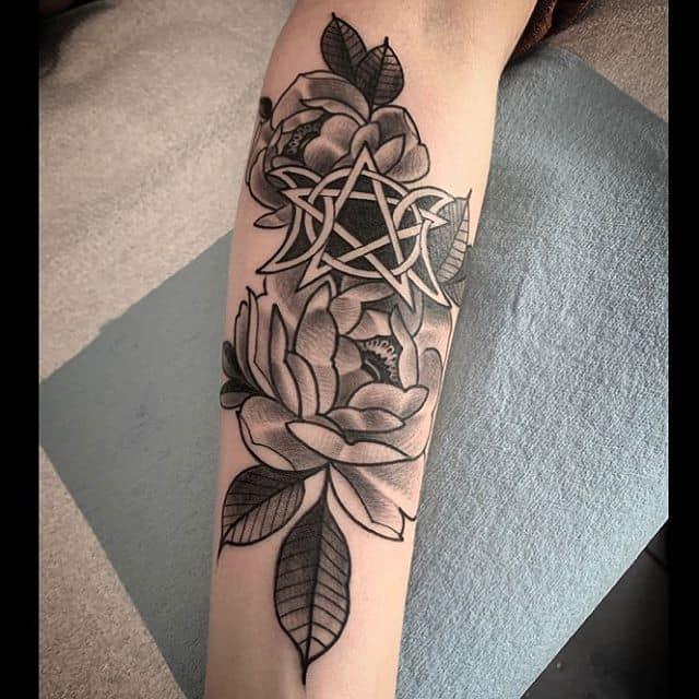 тату пентаграмма с цветами