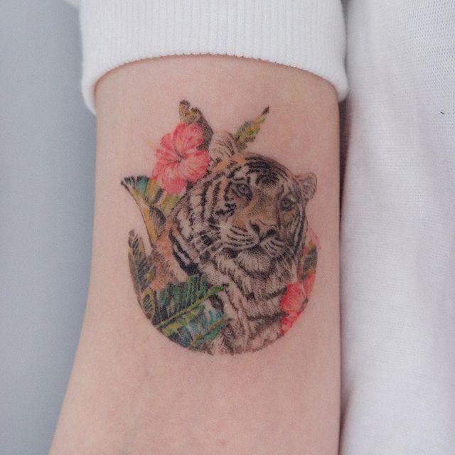 тигр тату в цветах