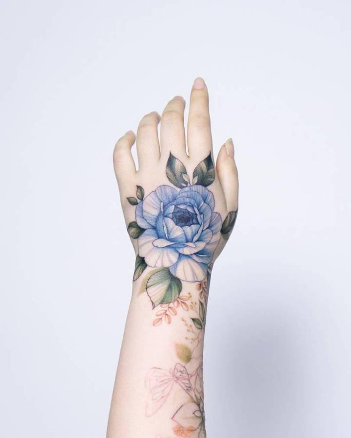 цветы на кисти тату