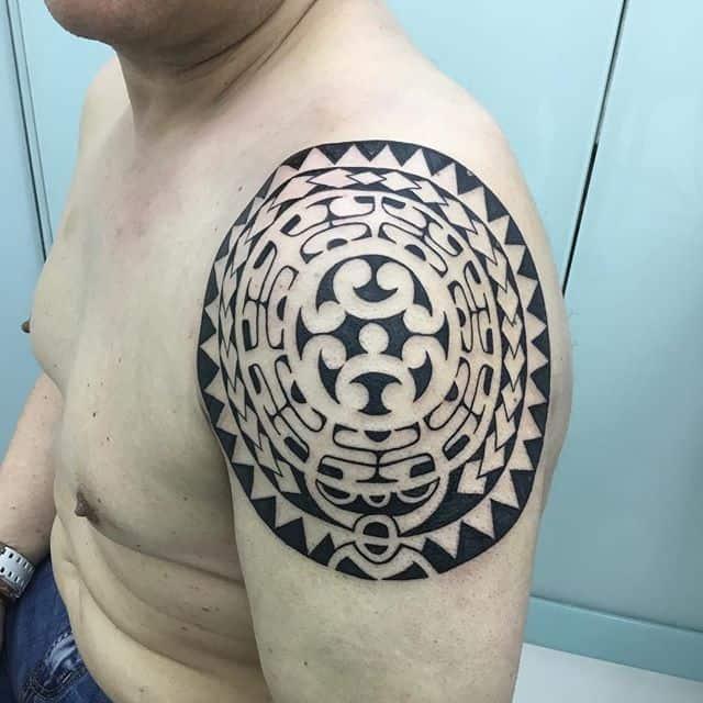 плечо тату маори