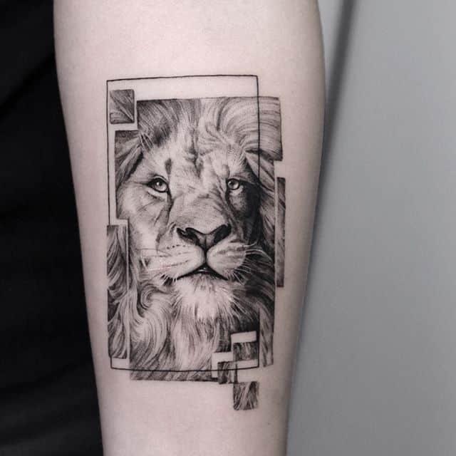 тату лев в квадрате