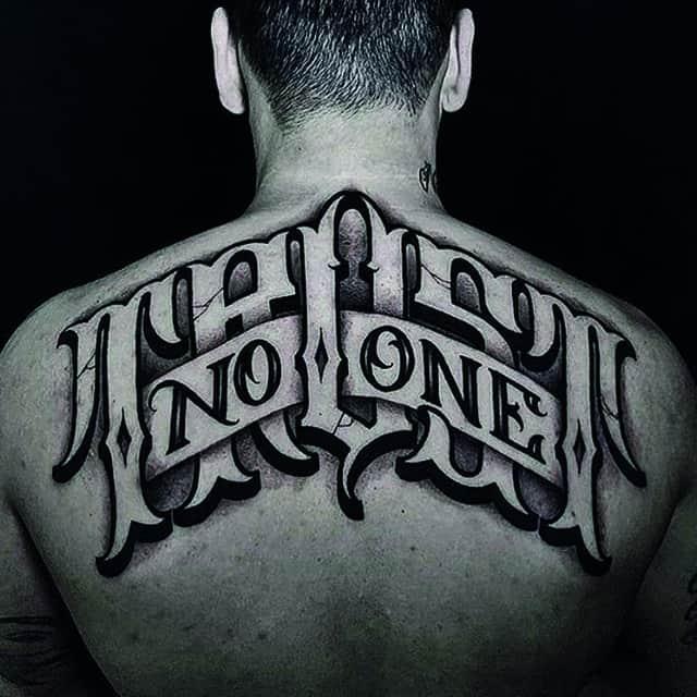 тату надпись мужская на спине