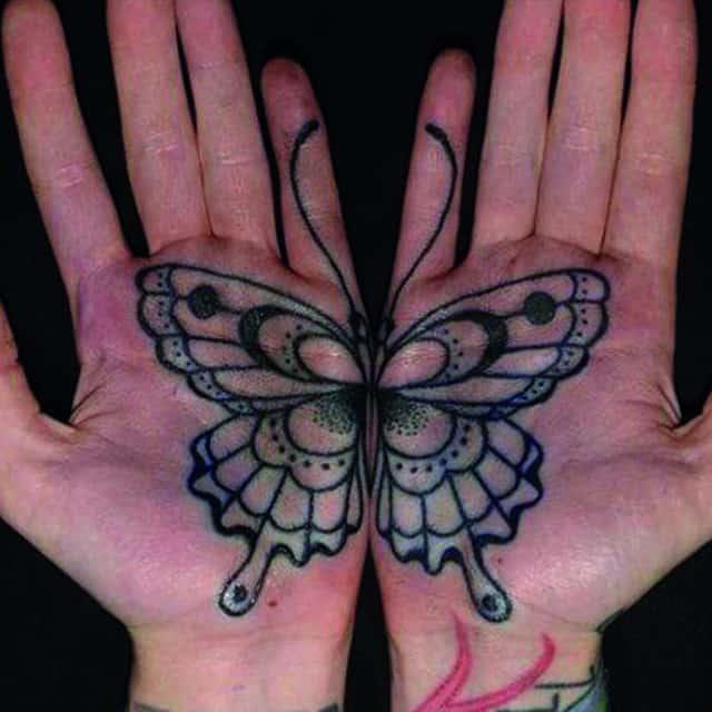 тату на ладони бабочка