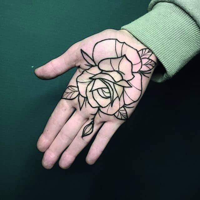 тату на ладони роза