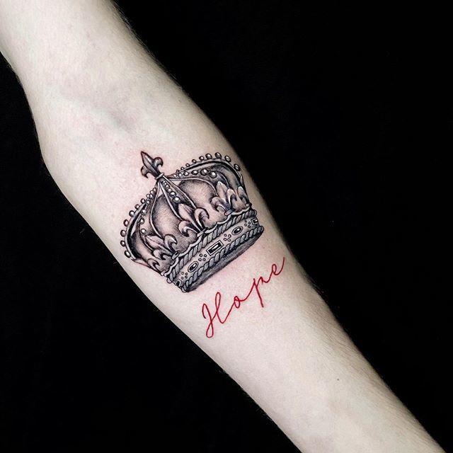 женское тату корона