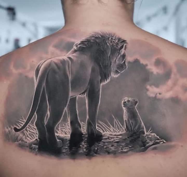 мужское тату на спине лев