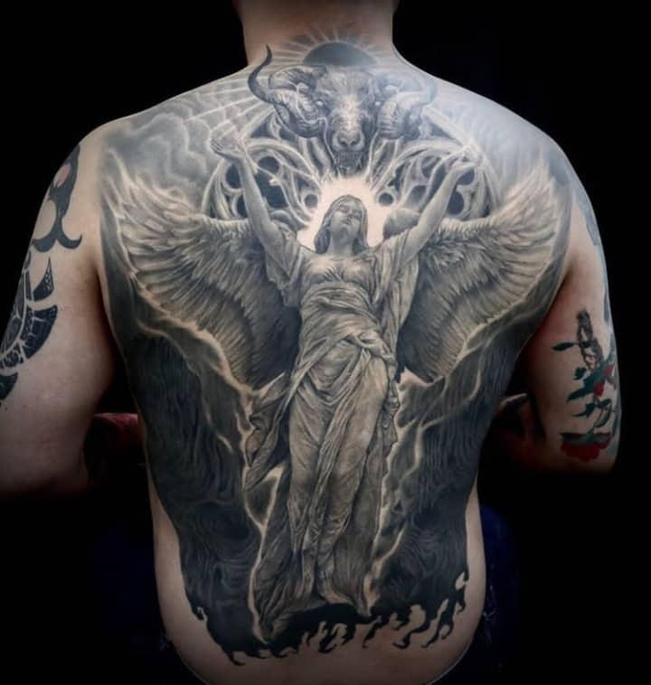 мужское тату на спине ангел