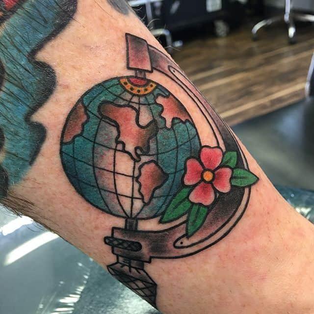 тату глобус на руке