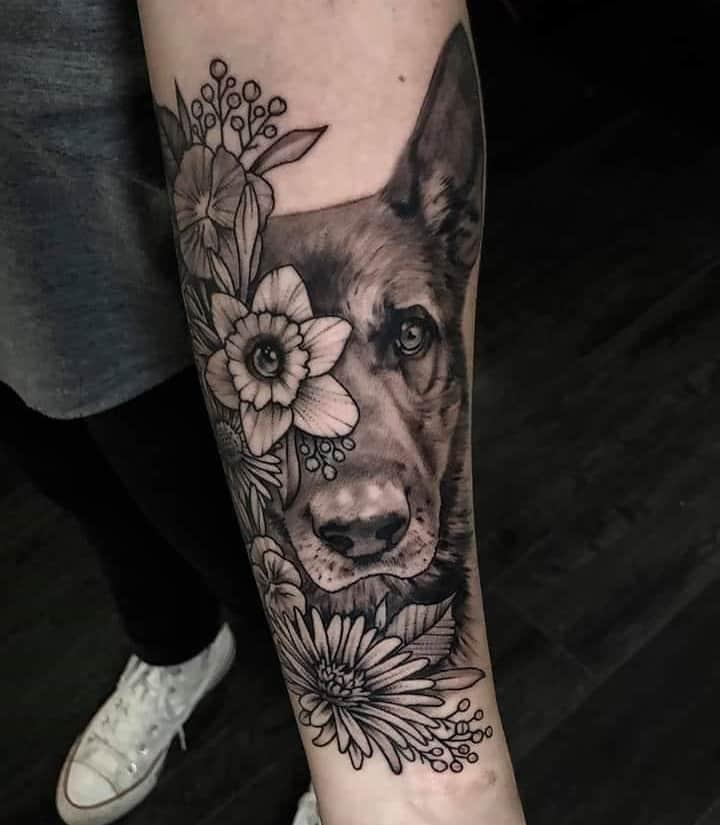 тату немецкая овчарка цветы