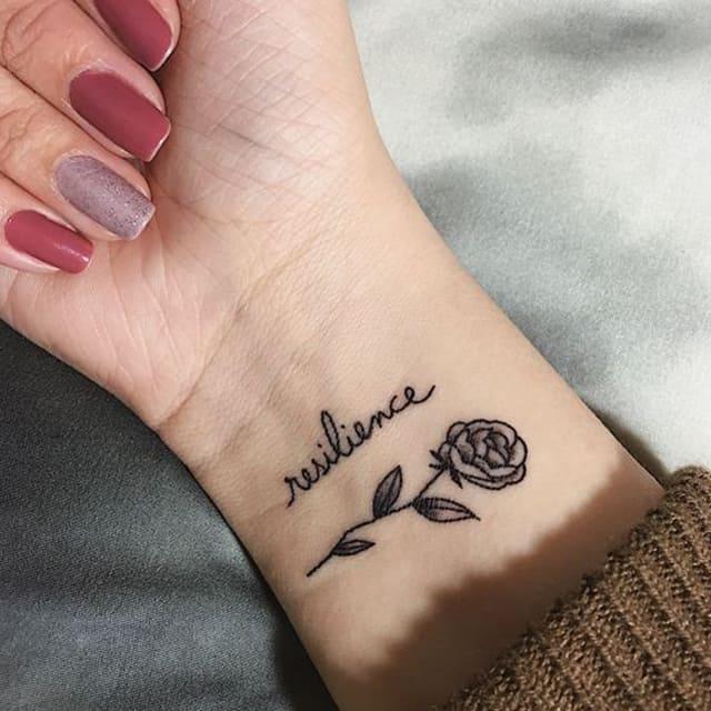 женское тату на запястье роза