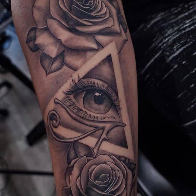 тату всевидящее око с цветами