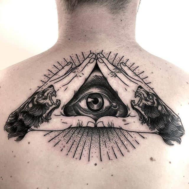 тату всевидящее око на спине