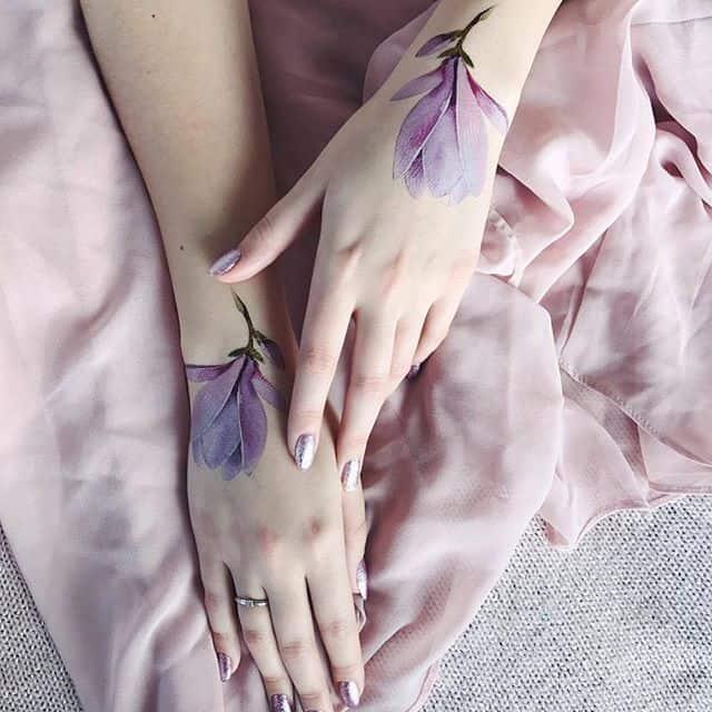 женское тату на запястье цветы