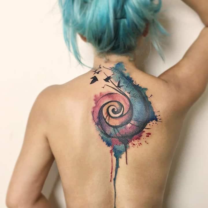 женское тату на спине