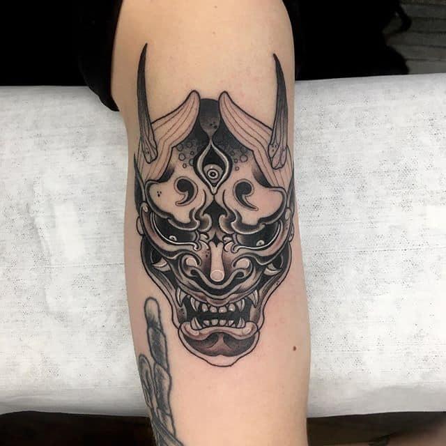 тату японский демон на руке