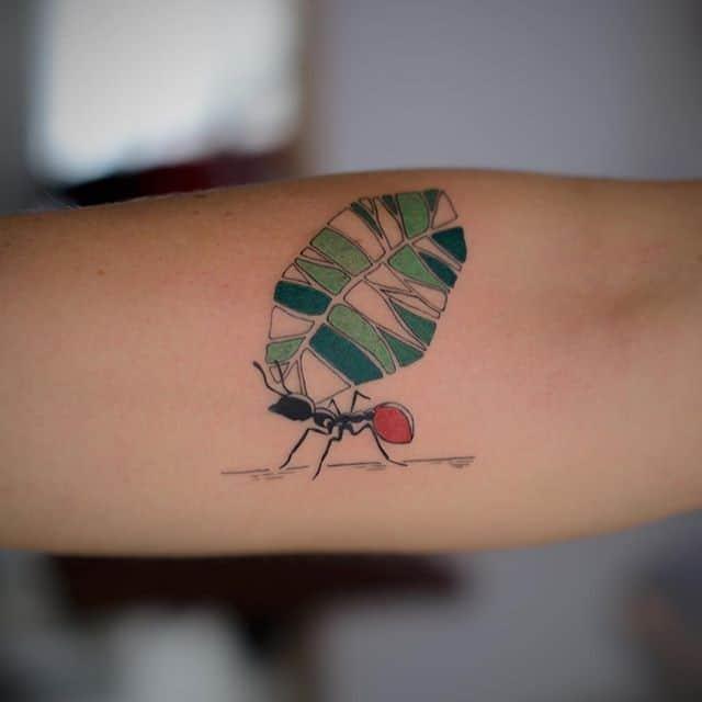 тату муравей и листик