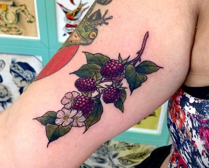ягоды тату на бицепсе