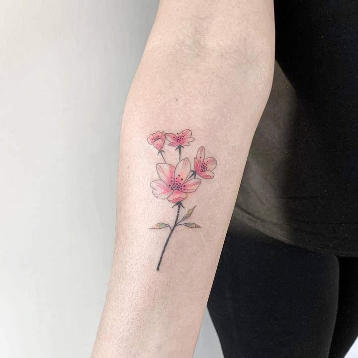 тату розового цвета цветок