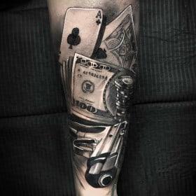 карты деньги пистолет тату на руке