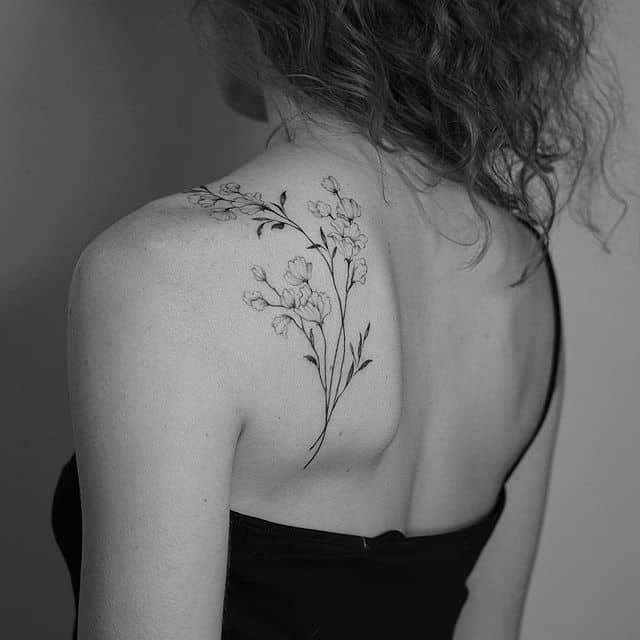 женское тату на лопатке чб