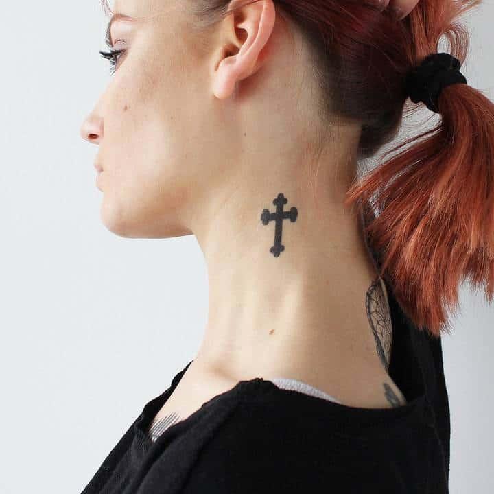 тату крест на шее женское сбоку
