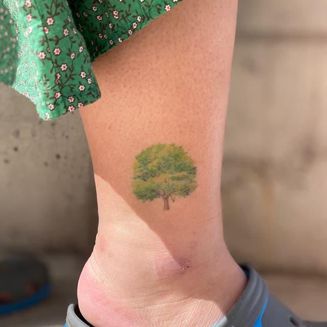 маленькое тату на ноге дерево