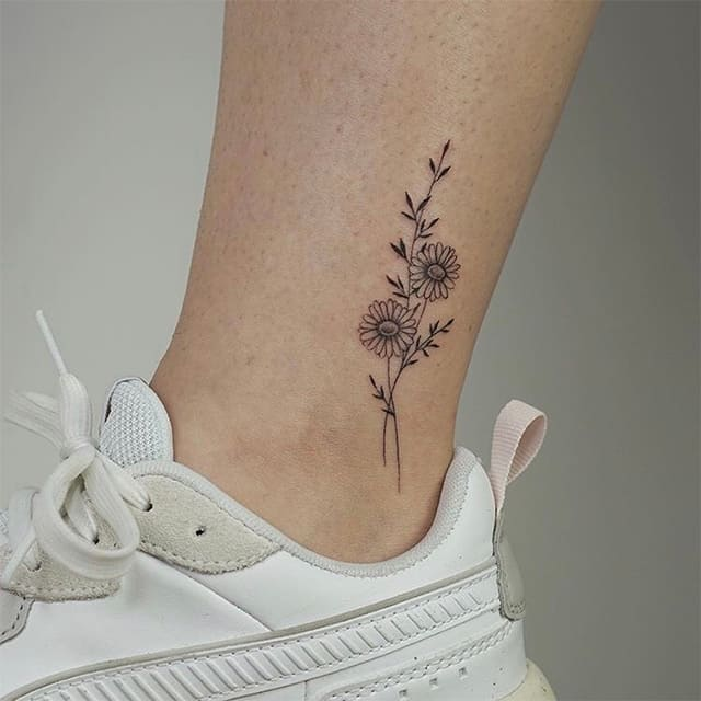 маленькое тату на ноге цветы