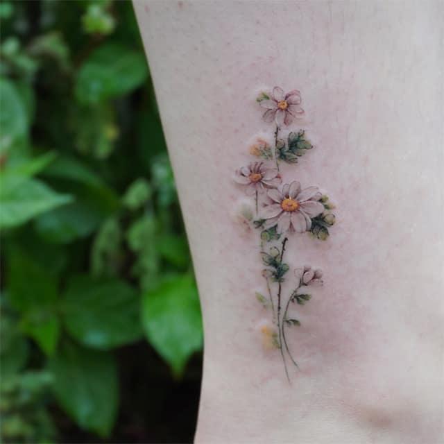 маленькое тату на ноге цветное