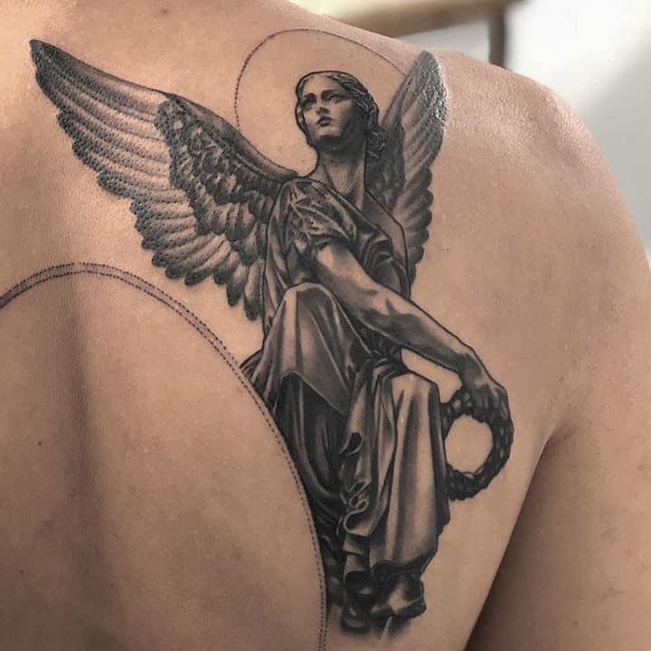 мужское тату на лопатке ангел