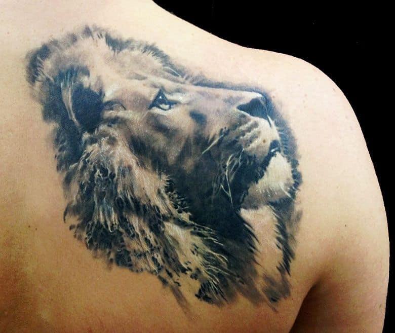 мужское тату на лопатке лев