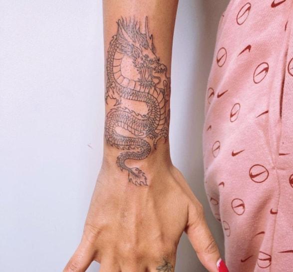 дракон минимализм тату на руке