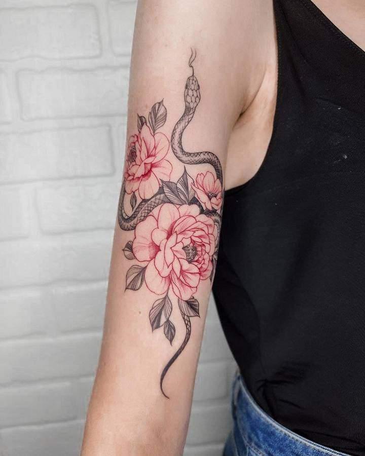 тату змея на руке с розой