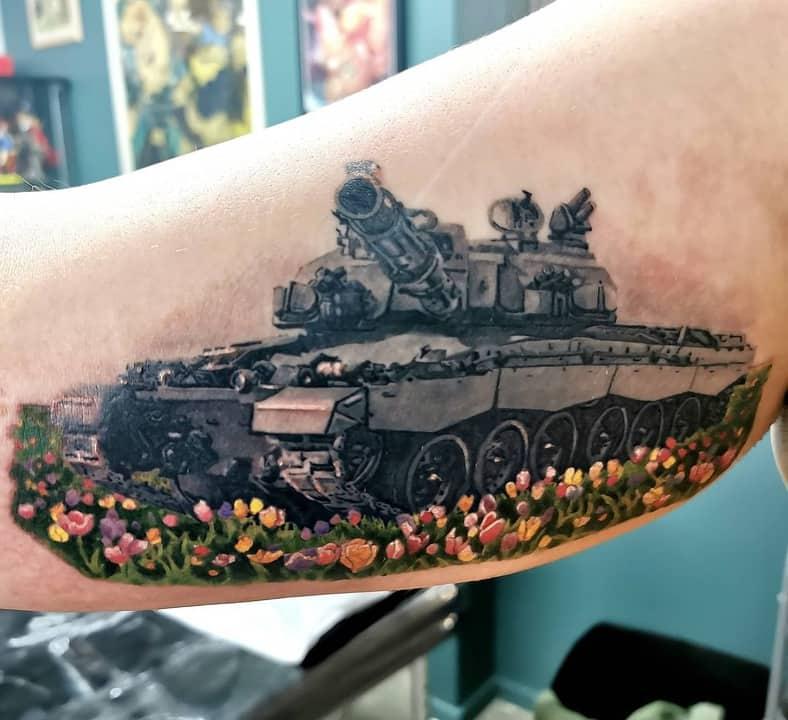 тату танк с цветами