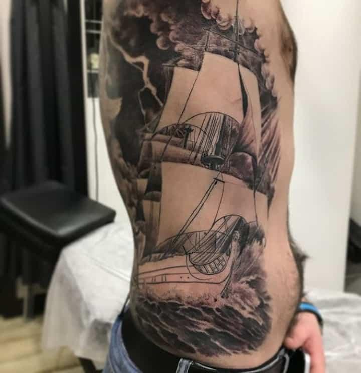 мужское тату на ребрах корабль