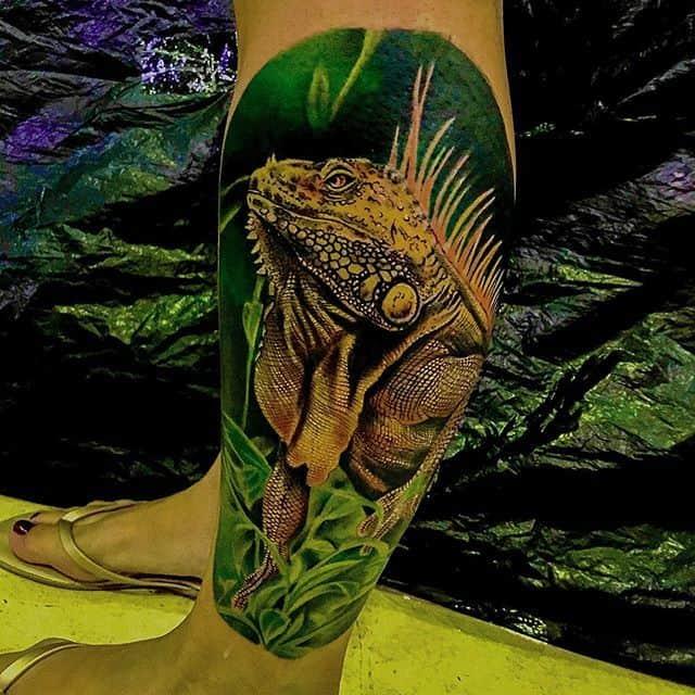 игуана тату на ноге
