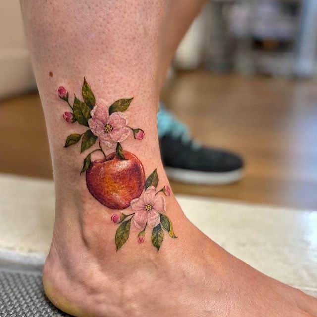 яблоко тату на ноге