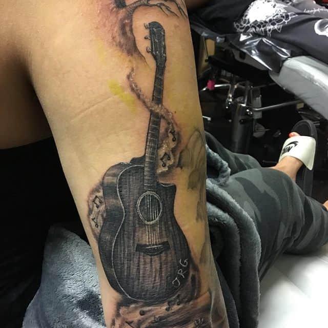 тату гитара на руке