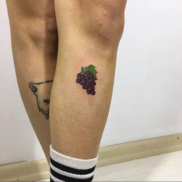 Тату виноград на ноге
