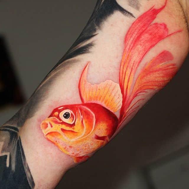 золотая рыбка тату на руке