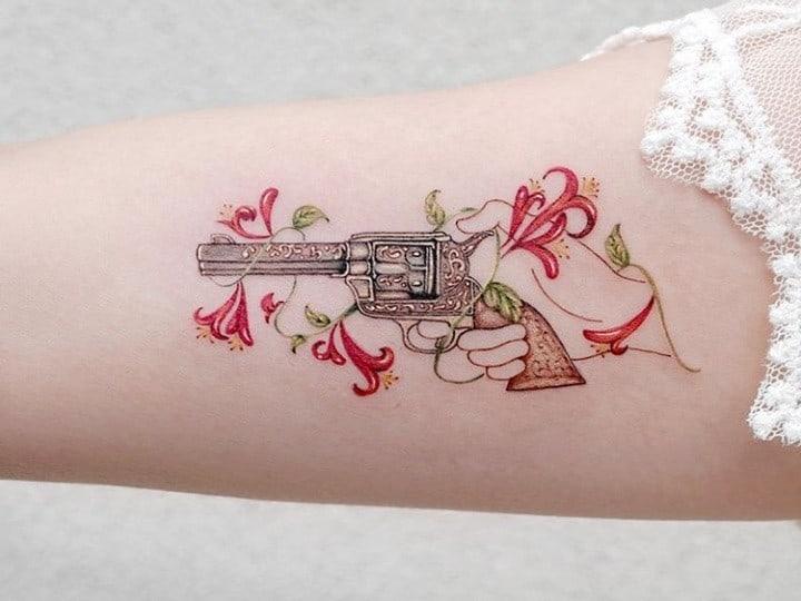 тату пистолет женская